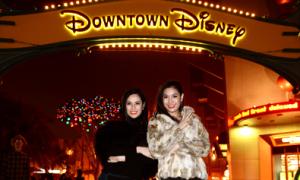 Hoa hậu Ái Nhi ngắm cảnh đêm ở Disneyland