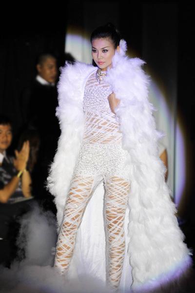 Nhà thiết kế Lê Thanh Hòa giành giải nhất cuộc thi thiết kế này năm 2009. Tối 26/12, anh là một trong hai khách mời có bộ sưu tập trình diễn trong đêm chung kết 2012.