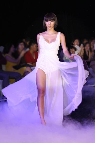 Ngọc Quyên tung tẩy bộ váy hình ảnh tinh khiết và an lành cho trời đất sau cơn mưa.