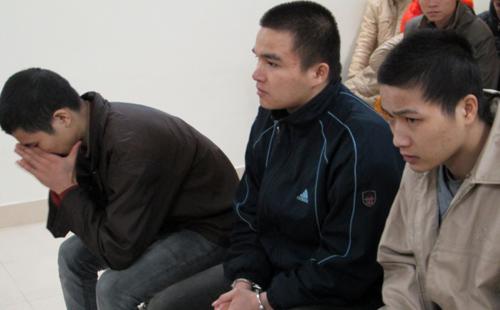 Tuấn (cúi mặt) cùng hai bị cáo tại tòa. Ảnh: Việt Dũng.