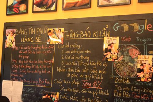 Bức tường của quán được sử dụng làm bảng ghi tin tức như các ngõ nhỏ ờ Hà Nội.