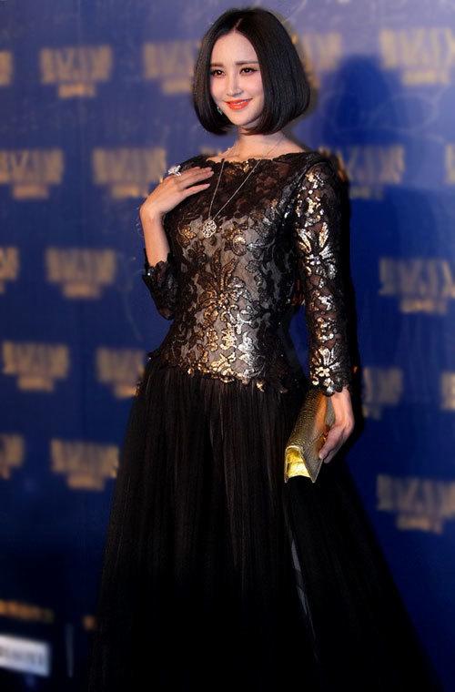 Tham dự tiệc tối qua, Trương Hâm Nghệ khoác lên mình bộ váy rất điệu đà và
