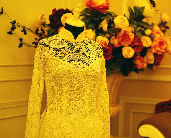 Giá may hoàn thiện một chiếc áo dài ren chỉ nổi như thế này khoảng 7 triệu đồng.