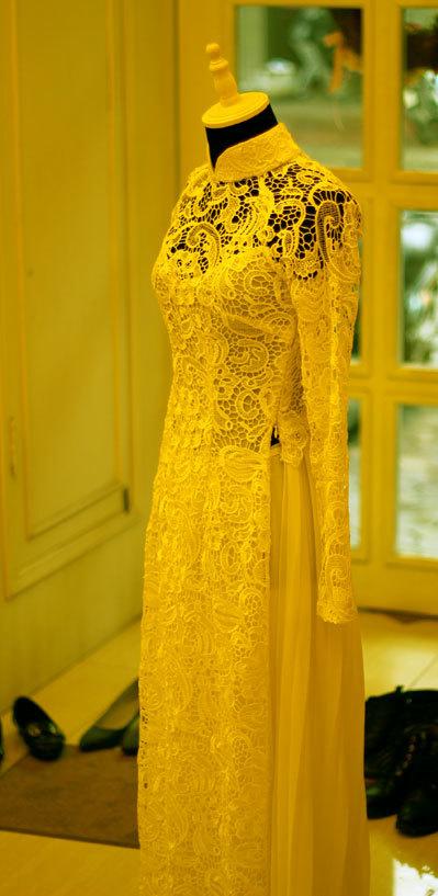 Màu và họa tiết ren rất đa dạng, phù hợp từng sở thích của cô dâu.