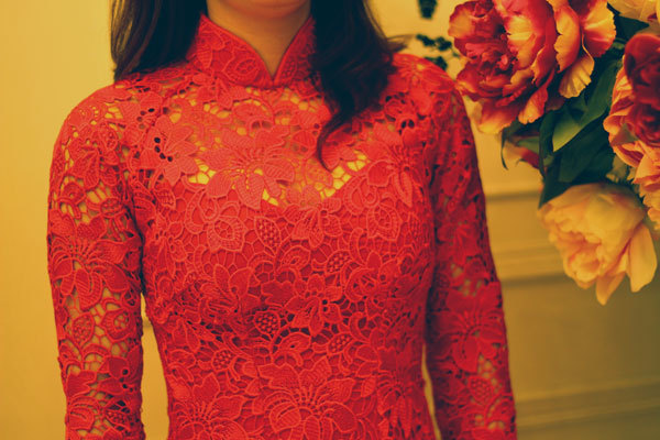 Họa tiết ren nổi bật nên cô dâu không cần sử dụng thêm trang sức.