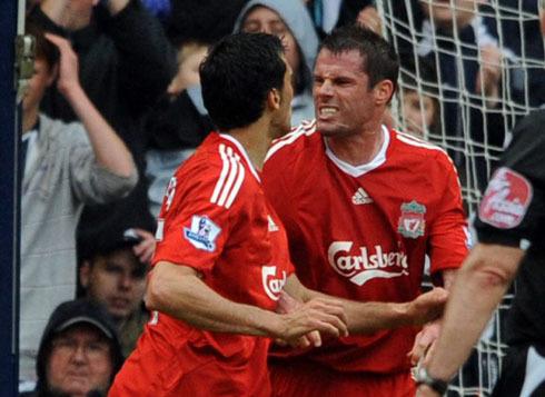 Carragher và Arbeloa lao vào nhau định ăn thua đủ khi cùng khoác áo Liverpool.