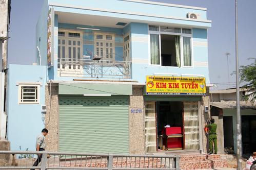 Tiệm vàng Kim Kim Tuyến của một trệt, một lầu, nằm sát hầm chui Linh Trung. Ảnh: Châu Thành