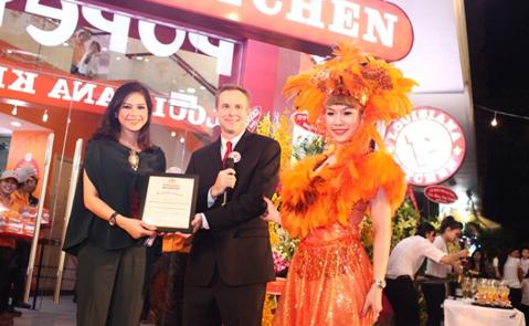 Thay mặt cho công ty VFBS, Tổng Giám đốc Cty TNHH XNK Liên Thái Bình Dương IPP - bà Lê Hồng Thủy Tiên lên nhận Chứng nhận là đối tác nhượng quyền chính thức của thương hiệu của Popeyes® tại Việt Nam.