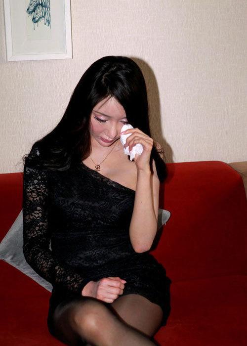 Thụy Nhi khóc và giải thích, những tin đồn gây cho cô rất nhiều áp lực, cô thậm