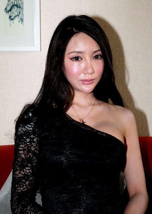 Vương Thụy Nhi tổ chức họp báo hôm 25/1 để giải thích về những tin đồn thất thiệt có liên quan tới MV ca nhạc cô vừa ra mắt. Trước đó, báo giới xôn xao về việc