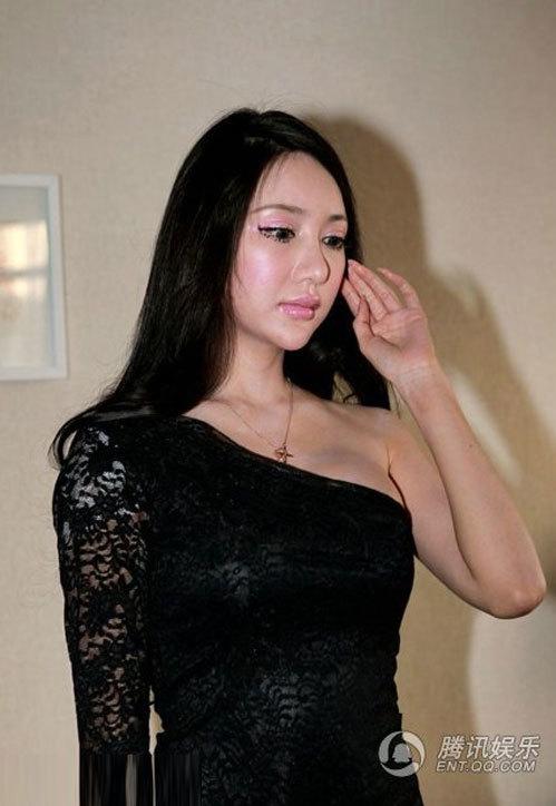 Lý Thụy Nhi từng gây chú ý khi phẫu thuật khuôn mặt giống búp bê Barbie, tuy nhiên gương mặt cô trông như bị biến dạng.