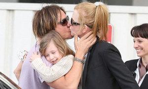 Chồng Nicole Kidman vui sướng ôm hôn vợ con trở về