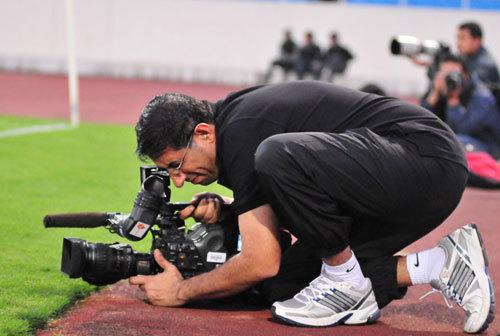 Phóng viên UAE ghi hình buổi tập của tuyển Việt Nam ở sân chính.