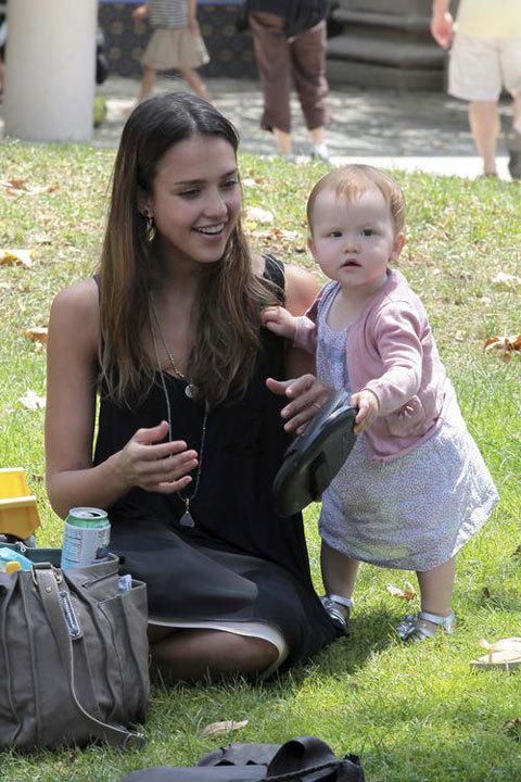 Jessica Alba rất thường xuyên đưa con gái nhỏ Haven đi chơi công viên.