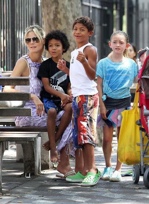 Siêu mẫu Heidi Klum dạo chơi công viên với 4 nhóc tì