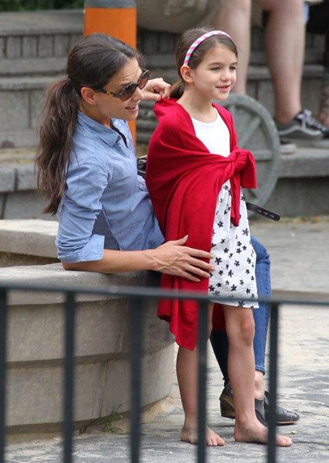 Katie Homes và Suri rạng rỡ trong công viên ở New York.