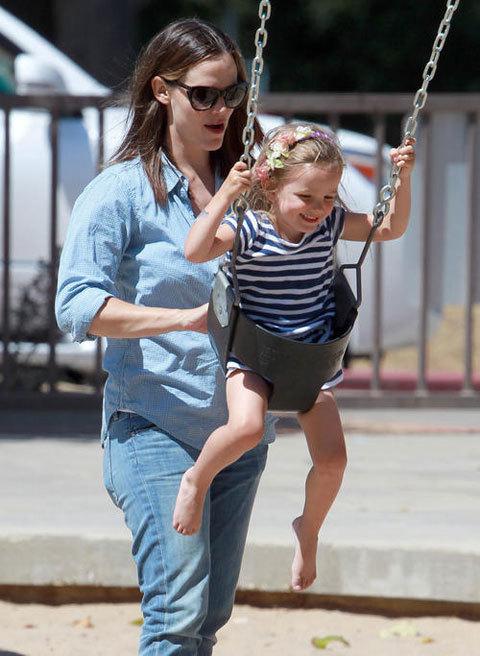 Nữ diễn viên Jennifer Garner và con gái chơi trò đánh đu.