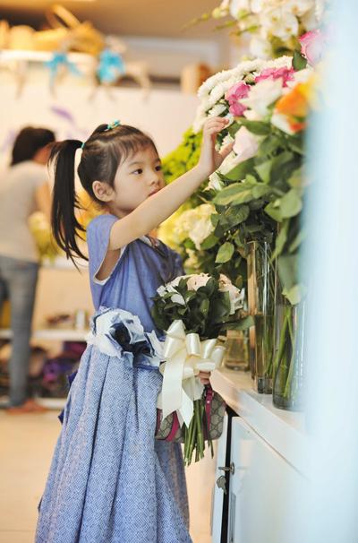 Bảo Tiên thích thú khi lạc vào giữa không gian tràn ngập hoa với đủ màu sắc. Cô bé