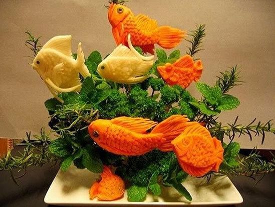Đàn cá được gọt tỉa từ những củ cà rốt to đùng.