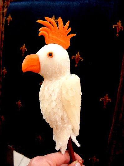Chú vẹt lông trắng muốt bằng củ cải, mỏ và mào bằng cà rốt.