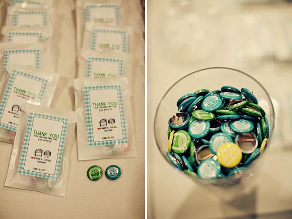 Một đôi cúc, phù hiệu đáng yêu tuy nhỏ nhưng cũng là quà tặng thú vị cho mỗi vị khách tới tham dự đám cưới.