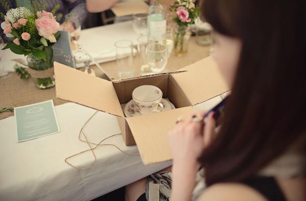 Quà tặng là bộ cốc và đĩa đáng yêu in họa tiết hoa vintage chắc chắn sẽ làm khách mời rất thích thú.