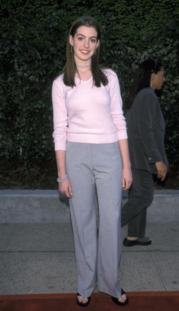 Anne Hathaway bắt đầu sự nghiệp diễn xuất năm 1999 khi tham gia series truyền hình Get Real. Mới chân ướt chân ráo bước vào Hollywood, không hề khó hiểu khi thời gian này, Anne chưa định hình được phong cách thời trang của mình.