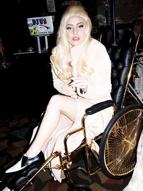 Gaga trên chiếc xe lăn nạm vàng.