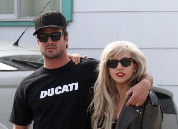 Nữ ca sĩ và bạn trai, Taylor Kinney.