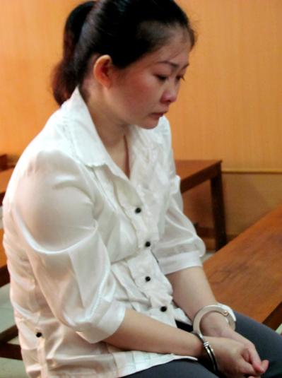 Bị cáo Linh ngồi đợi tuyên án. Ảnh: Bình Nguyên.
