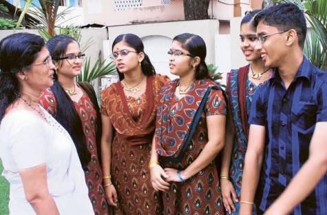 Cặp sinh 5 người Ấn Độ Uthara, Uthraja, Uthrajan, Utthara và Uthama ra đời năm 1995 đứng cùng mẹ (ngoài cùng bên trái). 7 năm sau khi các con chào đời, người cha tự sát vì quá khổ cực và thiếu thốn kinh tế. Người mẹ ở vậy nuôi con. Hiện các em đều học rất tốt. Ảnh: Gulfnews