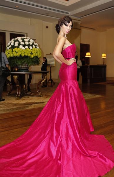 Chiếc váy có phần đuôi xòe rộng, dài quét đất