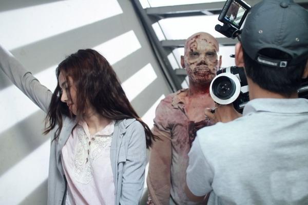 Trên phim trường vào ngày bấm máy đầu tiên, nữa diễn viên Đinh Ngọc Diệp đã có những cảnh quay đầu tiên với một zombie -xác sống.