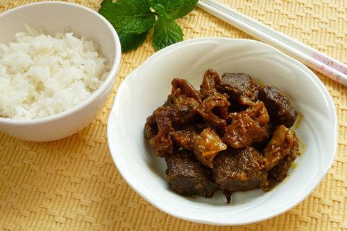Thịt bò gân được kho mềm, với chút nước sốt cà ri sệt, lại thơm mùi sả cho bữa cơm gia đình bạn thêm một món mặn lạ miệng và ngon.