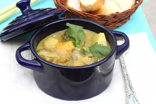 Món cà ri đơn giản, nước cà ri béo, thịt gà mềm, quyện với từng miếng khoai bùi bùi.