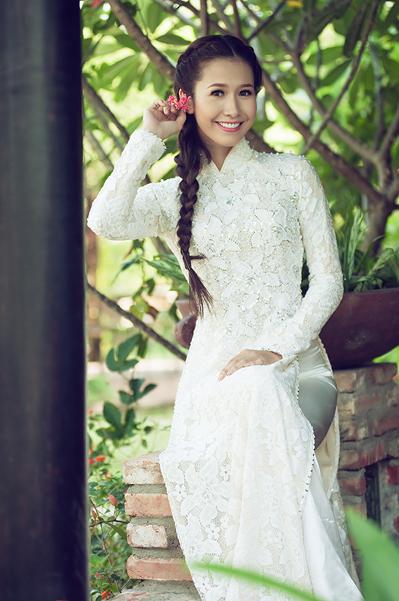Sinh năm 1989 tại Kiên Giang, Phan Thu Quyên được công chúng yêu mến nhờ đăng quang vương miện tại Miss Photo 2012. Cô chịu khá nhiều điều tiếng bởi thời điểm đoạt giải, phần lớn dư luận ủng hộ cho Á hậu Hoàng Oanh.
