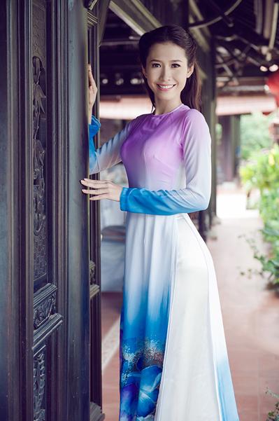 Trong bộ ảnh mới thực hiện, Phan Thu Quyên khoe nét đẹp dịu dàng của người con gái miền Tây với trang phục áo dài của nhà thiết kế Minh Châu. Chuyên gia trang điểm Hiển Phạm đã hỗ trợ cô trong loạt hình.