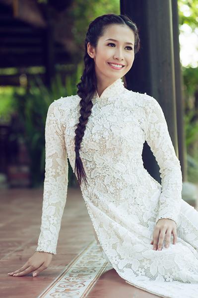 Trước khi trở thành Hoa hậu, cô đã sở hữu danh hiệu Á khôi 1 Nét đẹp học đường và từng tham gia Hoa khôi Đồng Bằng cùng Hoa hậu Việt Nam 2012 Đặng Thu Thảo. Tại cuộc thi này, cô chỉ lọt vào top 5 và có thêm giải phụ Gương mặt khả ái.