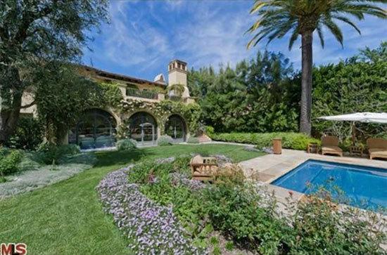 Xung quanh ngôi nhà là sân vườn thơ mộng, với lầu đón gió, bể bơi nước muối...