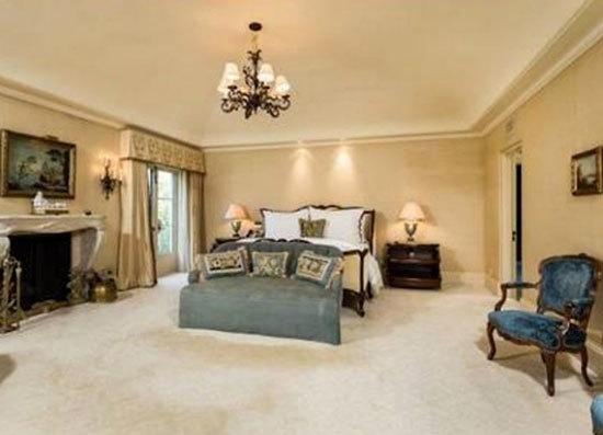 Phòng ngủ được trang trí với tông màu kem sang trọng.