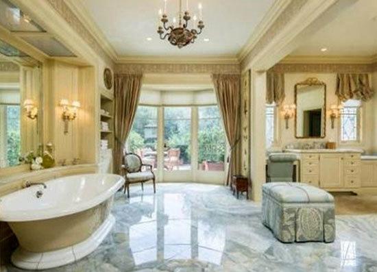 Phòng tắm vô cùng rộng rãi.