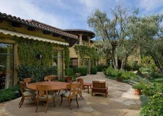 Làm hàng xóm với các ngôi sao như Charlie Sheen, Paris Hilton, và Robbie Williams.
