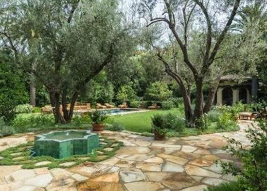 Christina mua biệt thự này với giá 10 triệu USD từng sở hữu một biệt thự lộng lẫy như cung điện ở Beverly Hills. Tuy nhiên, đầu năm nay, nữ ca sĩ đã bán ngôi nhà 13,5 triệu USD.