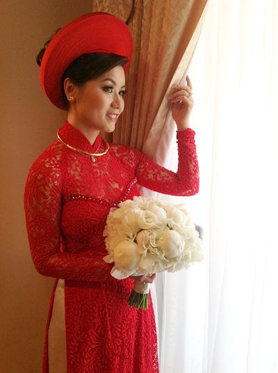 Ngoài 2 chiếc váy cưới tôn vóc dáng, cô dâu Thủy Tiên cũng chọn cho mình một chiếc áo dài Việt Nam truyền thống trong lễ đón dâu diễn ra vào sáng sớm. Áo dài của Thủy Tiên có sắc đỏ, kết hợp cùng mấn cao, tạo nên vẻ đẹp vừa thanh thoát, vừa nổi bật cho cô dâu. Áo được may từ chất liệu ren, nửa kín nửa hở, là chất liệu được ưa thích nhất trong 2 năm trở lại đây.