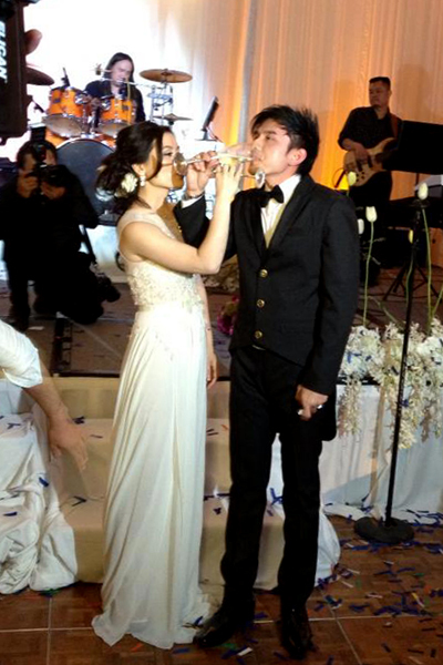 Tiệc cưới của anh Bo diễn ra tại khách sạn 4 sao Faimont với chi phí trang trí khoảng 3 tỷ đồng. Trong bữa tiệc, cô dâu Thủy Tiên lại diện một chiếc váy cưới khác, trang nhã hơn, với phần chân váy điệu đà làm từ voan mỏng, còn ngực váy đươhc kết ren cầu kỳ.
