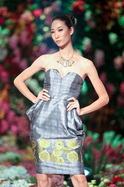 Trang Phạm trong một mẫu váy