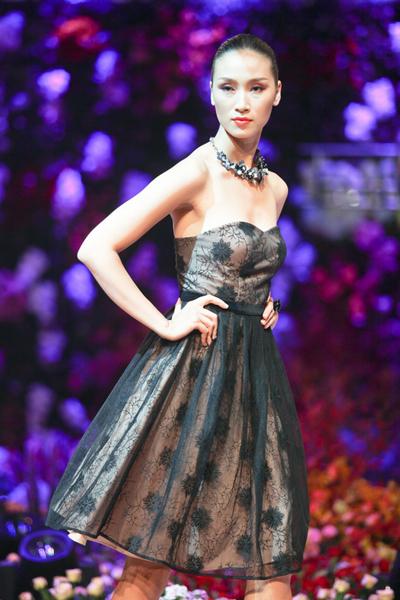 Sheer là chất liệu được ưa chuộng nhất được dùng để tạo hình cho các mẫu váy áo màu đen.
