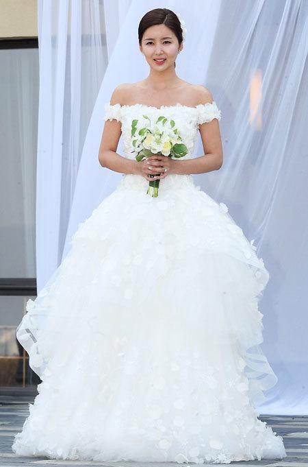 Chiếc váy có màu trắng tinh khiết, làm nổi bật vẻ đẹp trong sáng của tân nương.