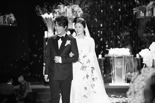 Chiếc váy Park Sol Mi mặc trong lễ cưới giống váy của Tăng Thanh Hà.