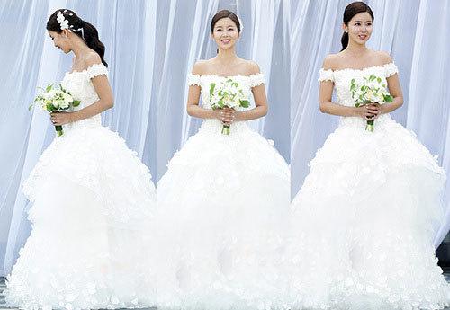 Chiếc váy cưới peplum làm nổi bật vóc dáng thon thả của Park Sol Mi.